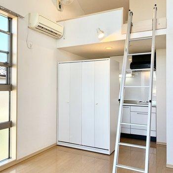 収納とキッチン上の空間にロフトが広がります。