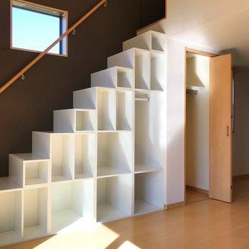 【洋室】反対側に、板チョコのような収納ボックス達が。