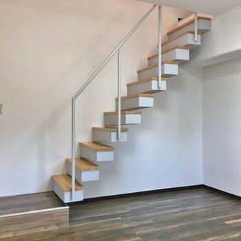 それでは階段で上の階へ