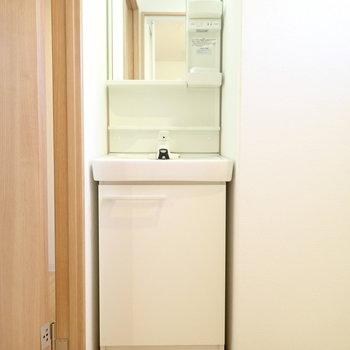 スリムな洗面台です。ささっと身支度を。
