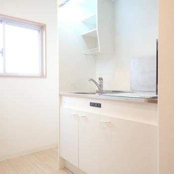 キッチンにも窓があって明るさが確保されています。
