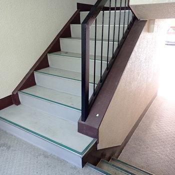階段で上がっていきますよ〜。