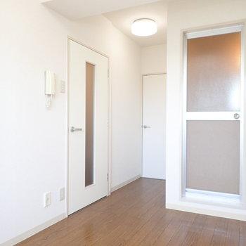 右の扉はお風呂場です!