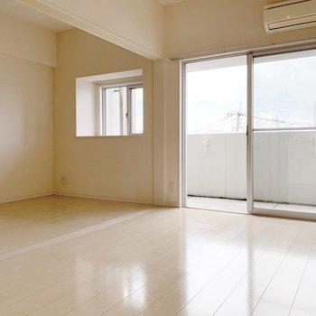 リビングも洋室も窓があって明るいんです。(※写真は4階の同間取り別部屋のものです)