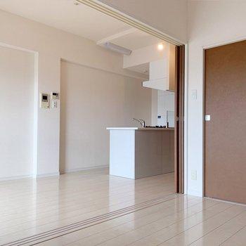 キッチンはペニンシュラ型。天井のライトがオシャレ。(※写真は4階の同間取り別部屋のものです)