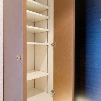 シューズボックスは可動棚で、どんな靴もしっかり収納できます。(※写真は4階の同間取り別部屋のものです)