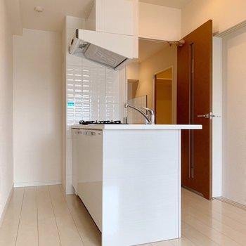 奥の凹みに冷蔵庫を置けますよ。(※写真は4階の同間取り別部屋のものです)