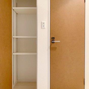 トイレの横に棚がありました。(※写真は4階の同間取り別部屋のものです)