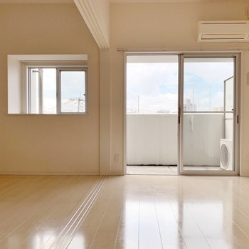 壁も床も白いから、普通より明るく見えるのかな。(※写真は4階の同間取り別部屋のものです)