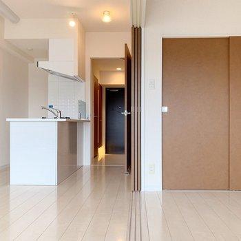 引き戸を開ければ、広いワンルームとしても使えます。(※写真は4階の同間取り別部屋のものです)