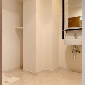 トイレ向かいの脱衣所はとても広い!洗面台はスッキリと。(※写真は4階の同間取り別部屋のものです)