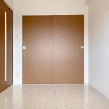 4.2帖の洋室。ベッドの大きさ次第では、寝室兼洋室としても使えるかも。(※写真は4階の同間取り別部屋のものです)