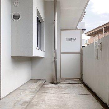 バルコニーは広さしっかり◎洗濯物、少し溜めてもよさそうですね。(※写真は4階の同間取り別部屋のものです)