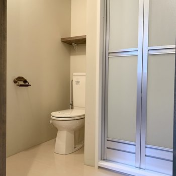 奥にトイレがあります。