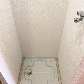 キッチンの奥に洗濯機置場。オープンか…