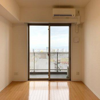 居室部分はシンプルな洋室。窓が大きい!