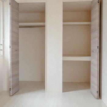 【洋室】クローゼットは左右に2つ。左側には洋服を右側には日用品がしまえそう。※写真は2階の同間取り別部屋のものです