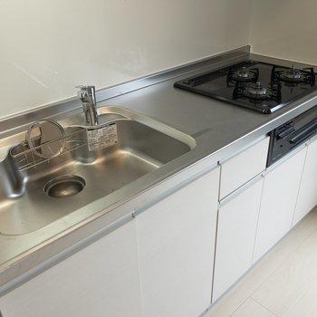 【LDK】キッチンには三口コンロにグリルが付いていて嬉しい。※写真は2階の同間取り別部屋のものです