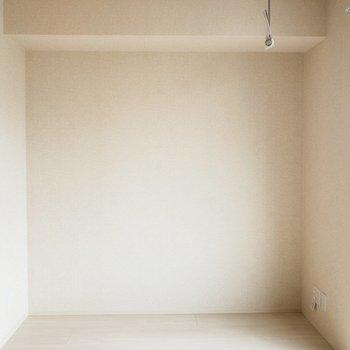 【LDK】ここにはテレビボードが置けそう。※写真は2階の同間取り別部屋のものです