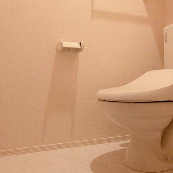 トイレは温水洗浄付き。※写真は2階の同間取り別部屋のものです