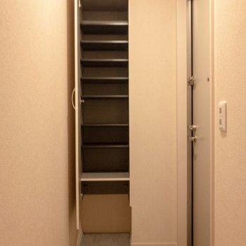 シューズボックスには靴がたくさん入りそう。※写真は2階の同間取り別部屋のものです