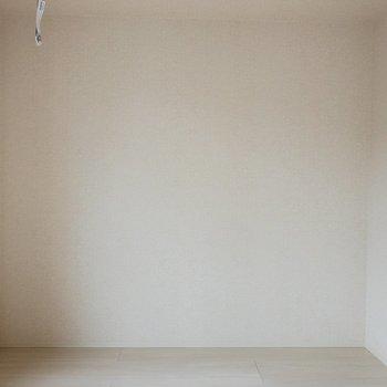 【LDK】ここにはテレビボードを置こうかな。※写真は2階の同間取り別部屋のものです