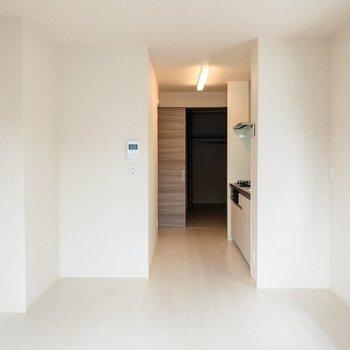 【LDK】2人がけのダイニングテーブルが置けそう。※写真は2階の同間取り別部屋のものです
