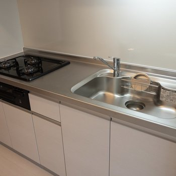 【LDK】キッチンには3口コンロとグリルが付いていて嬉しい。※写真は2階の同間取り別部屋のものです