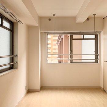 5帖の洋室にはベッドも置けそうです◎(※写真は4階の同間取り別部屋のものです)