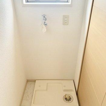 脱衣所には小窓もあります。洗濯パンもここ。(※写真は4階の同間取り別部屋のものです)