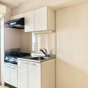 右隣に冷蔵庫やゴミ箱を。(※写真は4階の同間取り別部屋のものです)