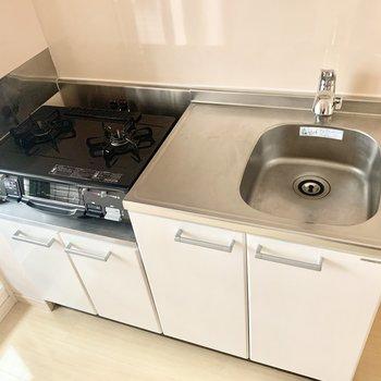 2口コンロにグリル付きのキッチン。洗い物はこまめにするのがよさそうです◎(※写真は4階の同間取り別部屋のものです)
