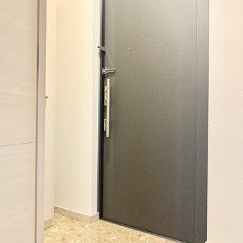 ブラックなかっこいい玄関。広さも十分。(※写真は4階の同間取り別部屋のものです)