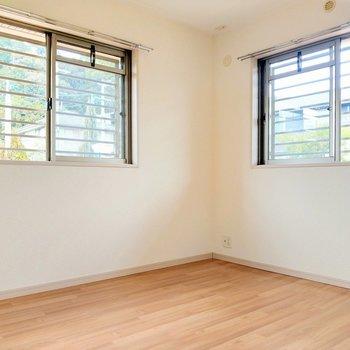 玄関横の洋室。こちらも2面窓で明るい!