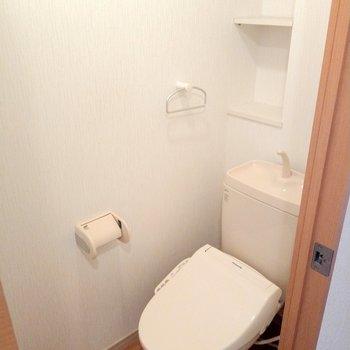 ウォシュレット付きのトイレ。後ろの棚も便利!