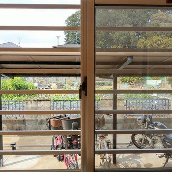 この部屋からは駐輪場見えます。ブラインドやミラーレスカーテンで目隠しするといいかも。