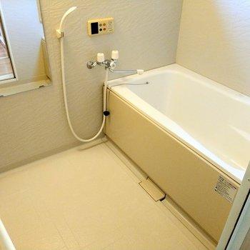 お風呂広〜い!給湯と高温差し湯機能ついてます◎