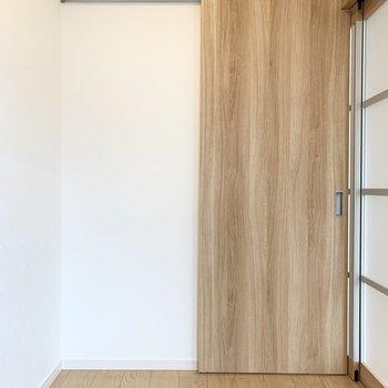 【洋】窓の対面にはドアが。