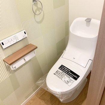 続いておトイレ。こちらもアクセントクロスが素敵。
