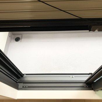 上下ともに窓にはシャッターが付いています。
