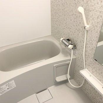 浴室もアクセントウォールが素敵。乾燥機も付いています。