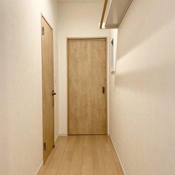 水廻りは1階に。廊下にはハンガーパイプ付のラックも。