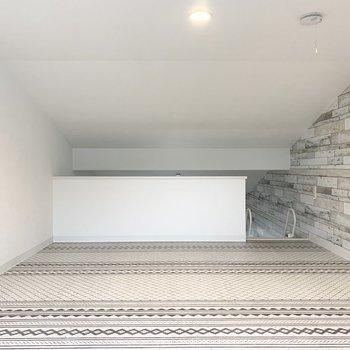 【ロフト】床がかわいい◎天井が下がっているので個室感があります。