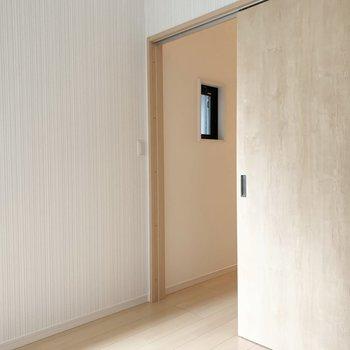 【洋】シンプルな四角い洋室ですが、ストライプのクロスが素敵◎