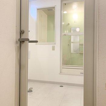 水廻りはキッチンの向かいのガラスドアから。正面には大きな開口の浴室が。