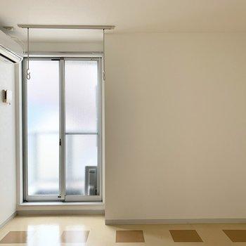 ロフトの対面には掃き出し窓。