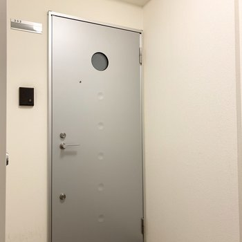 玄関ドアは外から見ても丸窓がかわいい◎