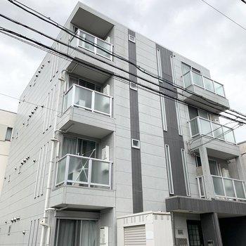 グレーな外装のアパートです。