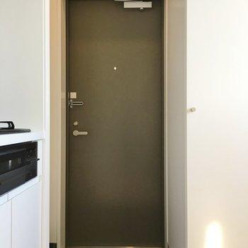 玄関はあまり広くはありません、、!