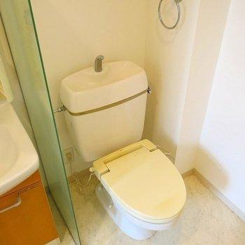 トイレと洗面台は同室です!。※写真は702号室のもの